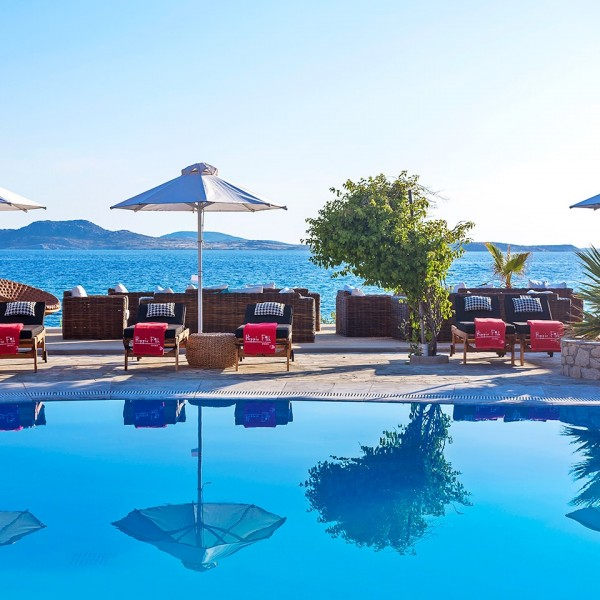 Hippie Chic Hotel Mykonos swimming pool, sunbeds & umbrellas beside the sea & Agios Ioannis beach